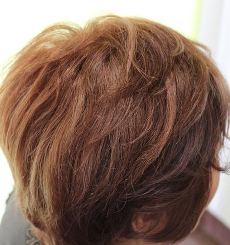 ヘナのインディゴでやさしい毛染めをヘアピースも自毛も施しています。