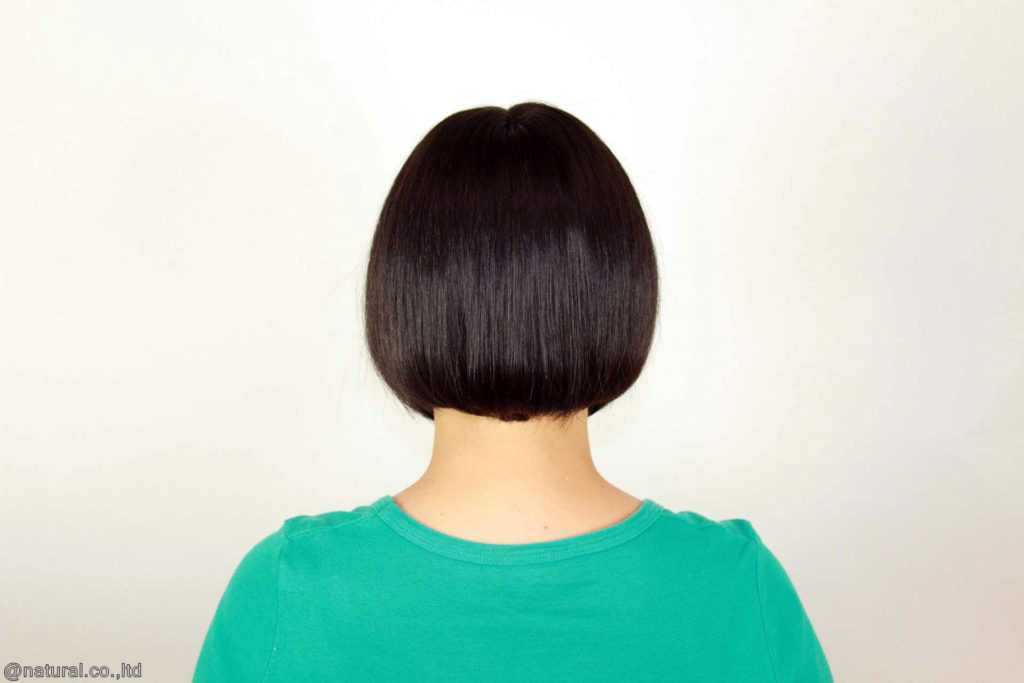 完成したお客様の自毛で作ったヘアピースを被ってます。